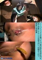 ニーハイソックスを履いた21歳の脱肛気味肛門を指で刺激してウンコを掻き出し、浣腸を入れて無理矢理脱糞